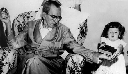 O escritor Graciliano Ramos com a neta em 20.03.1953. (Foto: Acervo UH/Folhapress)